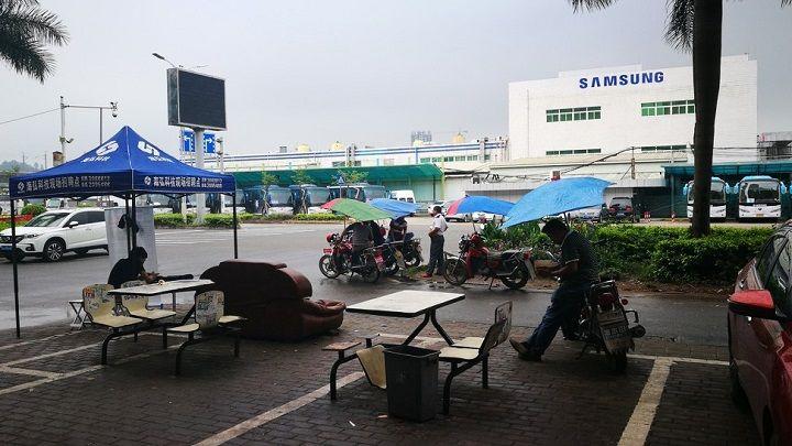 Thay vì sản xuất tại Trung Quốc, Samsung đã mở cơ sở sản xuất điện thoại di động lớn nhất thế giới ở vùng ngoại ô thủ đô New Delhi của Ấn Độ vào năm ngoái. Ảnh: SCMP