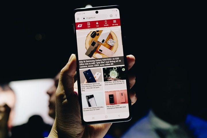Cận cảnh Galaxy Z Flip: Thiết kế gập dọc, chất liệu kính dẻo, vẫn có vết nhăn, giá 1380 USD