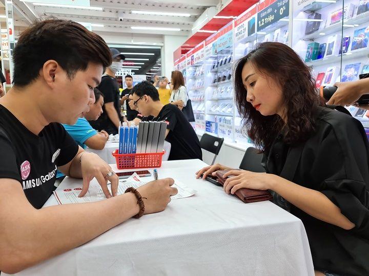 Đông người dùng đến xếp hàng giữa đêm chờ mua Galaxy S20 đầu tiên tại Việt Nam