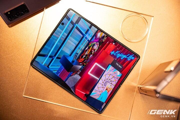 Trên tay Galaxy Z Fold2: Màn hình tràn viền cả trong lẫn ngoài, cơ chế gập thoải mái hơn, giá 50 triệu đồng